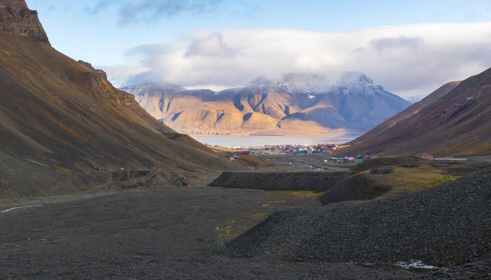 Bilde fra Svalbard, med Hiorthfjellet i bakgrunnen. Foto: NTB.