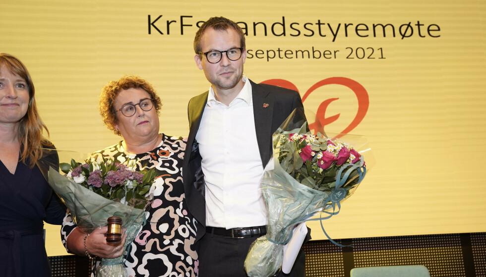 Kjell Ingolf Ropstad overrekker lederklubba til fungerende partileder Olaug Bollestad på KrFs landsstyremøte på Thon Hotel Storo i Oslo. Foto: Lise Åserud / NTB