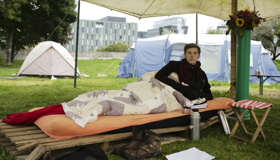 Klimaaktivisten Henning Jeschke (24) avsluttet lørdag en 26 dager lang sultestreik utenfor Riksdagen i Berlin. Foto: Markus Schreiber / AP / NTB