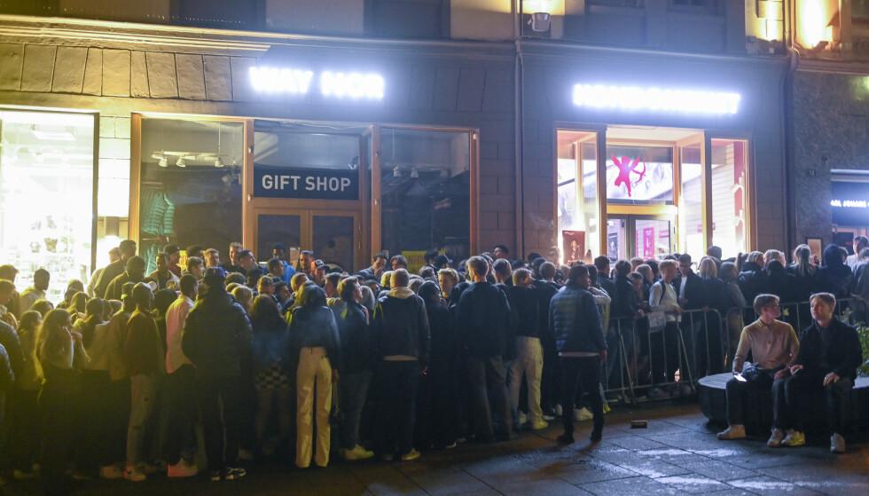 Hovedstaden rant nærmest over av feststemte innbyggere lørdag kveld og natt til søndag etter at Norge gjenåpnet. Flere steder rundt om i landet var det tilsvarende tilstander. Foto: Annika Byrde / NTB