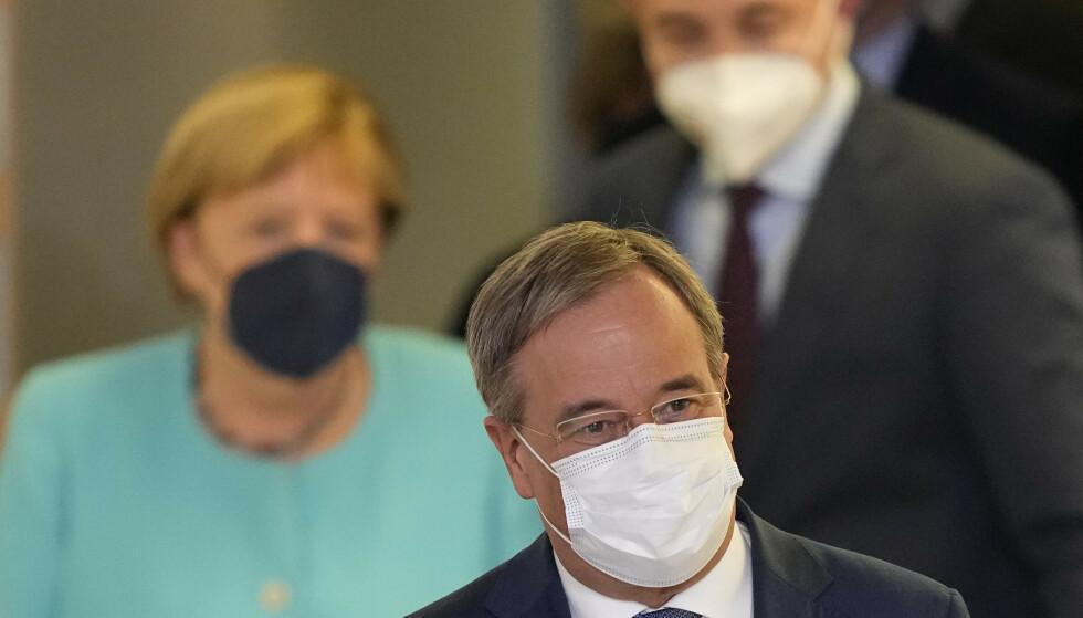 Armin Laschet, CDUs statsministerkandidat, går foran sittende statsminister og partifelle Angela Merkel. Foto: Martin Meissner / AP / NTB