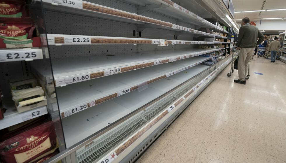 Det har vært tynt i enkelte varehyller i Storbritannia ganske lenge nå, her fra supermarkedet Tesco i Manchester. Det spøker for nok kalkun i hyllene til jul. Foto: Jon Super / AP / NTB