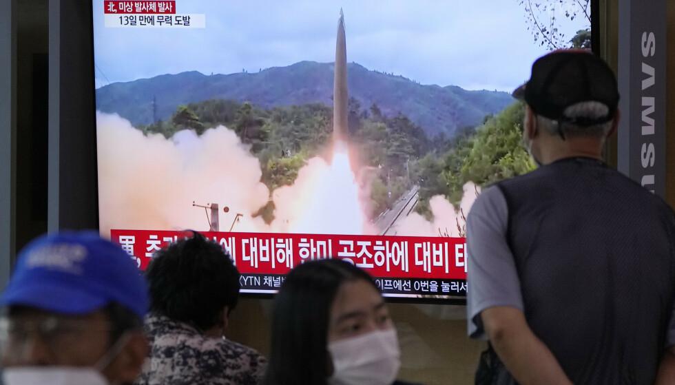 Sørkoreanere ser et TV-innslag om den nordkoreanske rakettesten. Det er økt spenning mellom nabolandene. Foto: Ahn Young-joon / AP / NTB