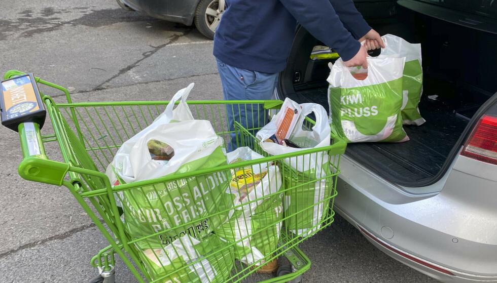 Vi tenderer til å handle mer mat enn vi spiser opp. I koronaperioden har nordmenn handlet sjeldnere enn ellers, og da kan man også lett handle mat man ikke rekker å spise før den går ut på dato. Foto: Erik Johansen / NTB