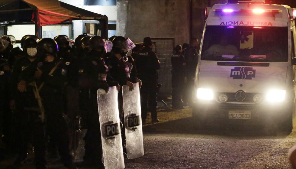 En ambulanse forlater fengselet Litoral etter sammenstøt. Minst 116 ble drept i fengselet, som ligger i den ecuadorianske kystbyen Guayaquil. Foto: Angel DeJesus / AP / NTB