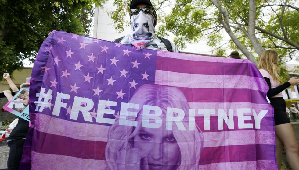 En domstol i Los Angeles har besluttet av Jamie Spears, faren til Britney Spears, fjernes som verge for datteren. Mange av popstjernas tilhengere møtte opp utenfor domstolen onsdag. Foto: Chris Pizzello / AP / NTB