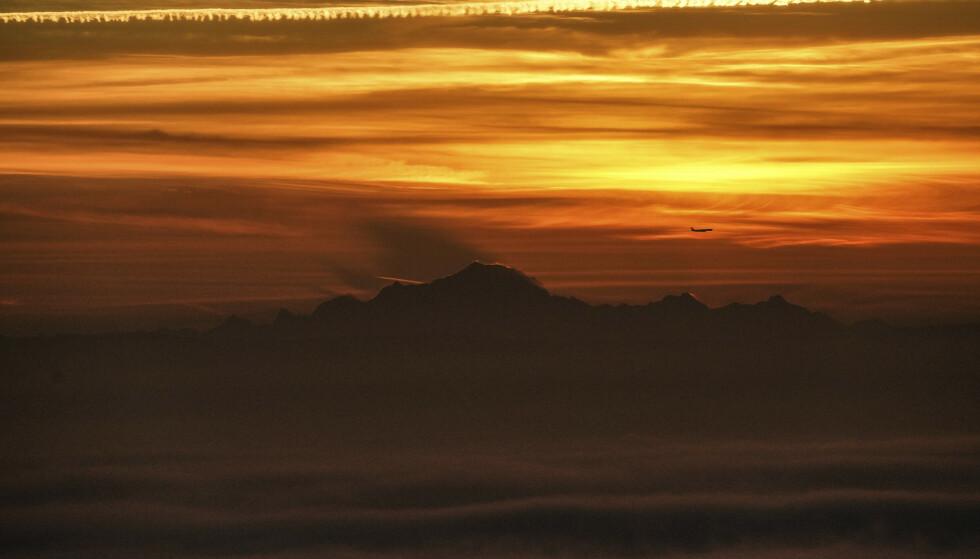 En gruppe franske eksperter har målt høyden til Mont Blanc, Vest-Europas høyeste fjell, til 4.807,81 meter. Det er nesten en meter lavere enn forrige måling. Foto: Laurent Cipriani/AP/NTB