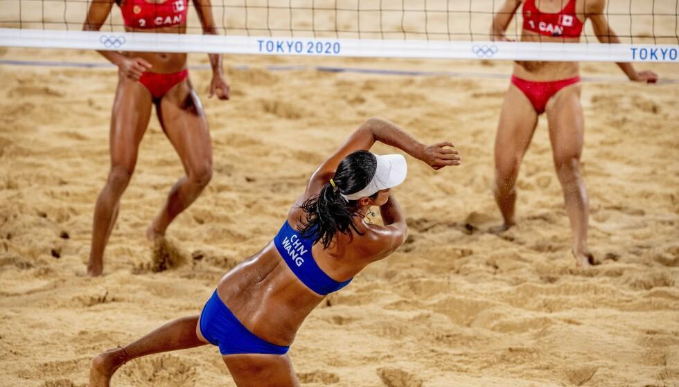 Nordiske idrettsministere krever endringer i draktreglementer for kvinnelige volleyballspillere. Her fra en kamp mellom Canada og Kina under sommerens OL i Tokyo. Foto: Hollandse Hoogte/Shutterstock/NTB