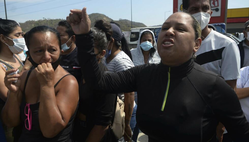 Pårørende ventet torsdag på informasjon om skjebnen for sine kjære etter det brutale fengselsopprøret. Foto: Jose Sanchez / AP / NTB
