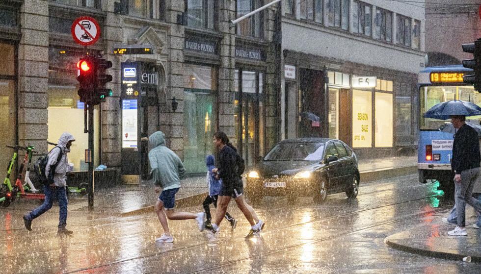 Meteorologisk institutt advarer om opp mot 70 millimeter nedbør østafjells søndag. Foto: Geir Olsen / NTB