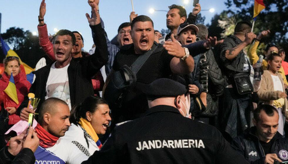 Høyreekstreme rumenere demonstrerer mot tiltak mot coronapandemien i Bucuresti. Foto: Vadim Ghirda / AP / NTB.