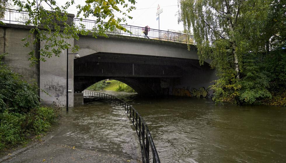 Høy vannstand i Akerselva søndag. Det har vært sterk vind og mye nedbør flere steder i landet i dag. Foto: Torstein Bøe / NTB
