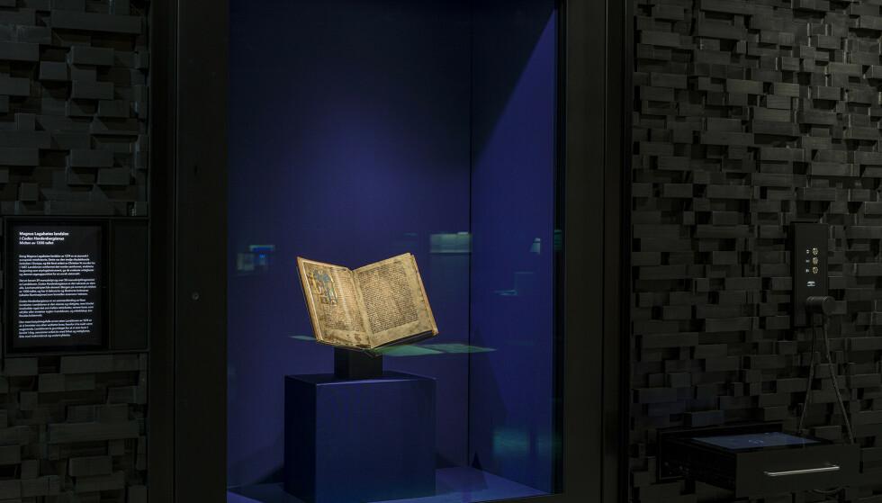 Slik er Codex Hardenbergianus plassert i Nasjonalbibliotekets permanente utstilling «Opplyst. Glimt fra en kulturhistorie». Foto: Gareth Gardner/ Nasjonalbiblioteket / NTB