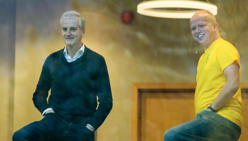 God stemning mellom Trygve Slagsvold Vedum (Sp) t.h. og Jonas Gahr Støre (Ap) da de forhandlet i forrige uke. Mandag startet de opp på nytt. Foto: Terje Pedersen / NTB