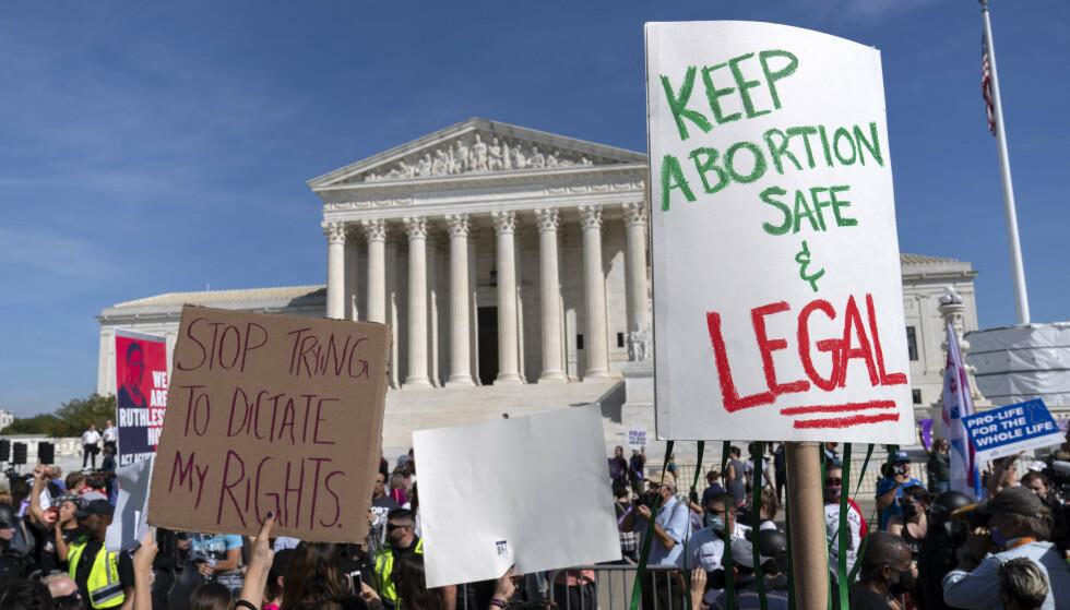 Retten til abort blir den første store saken høyesterett skal behandle. Her demonstrerer amerikanske kvinner for abortrettigheter foran høyesterettsbygningen i Washington. Foto: Jose Luis Magana / AP / NTB