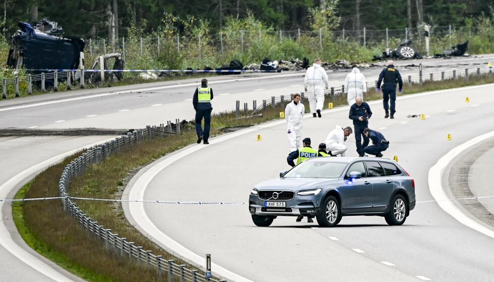 Tekniske etterforskere på stedet der tre personer, blant dem kunstneren Lars Vilks, mistet livet i en ulykke søndag. Foto: Johan Nilsson / TT via AP / NTB