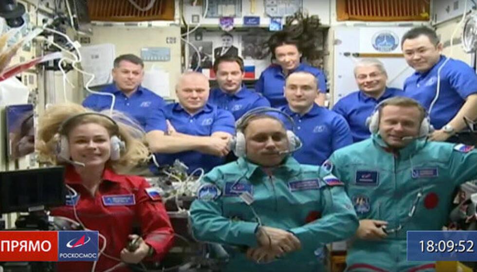 Bildet fra Roskosmos viser skuespiller Julia Peresild (t.v.), kosmonaut Anton Sjkaplerov (i midten) og regissør Klim Sjipenko (t.h.) foran mannskapet på den internasjonale romstasjonen. Foto: Roskosmos / AP / NTB.