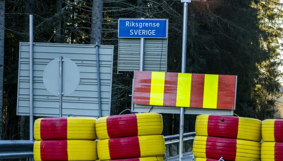 Riksvei 22 er en av mange veier som har vært fysisk stengt ved svenskegrensa. Foto: Torstein Bøe / NTB