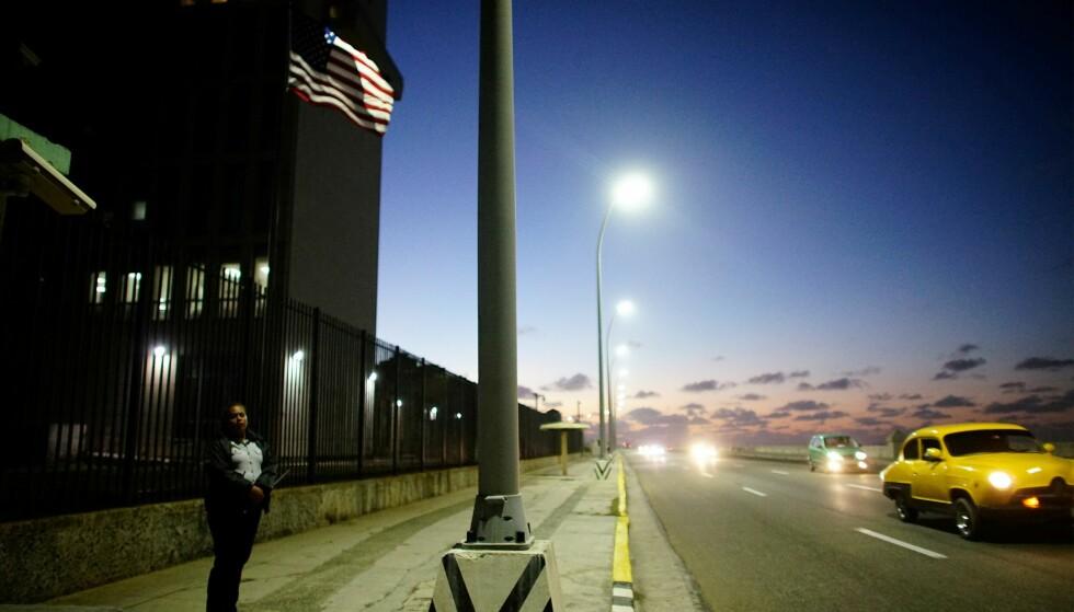 En sikkerhetsansvarlig står foran den amerikanske ambassaden i Havana, Cuba. Foto: NTB Scanpix / REUTERS/Alexandre Meneghini