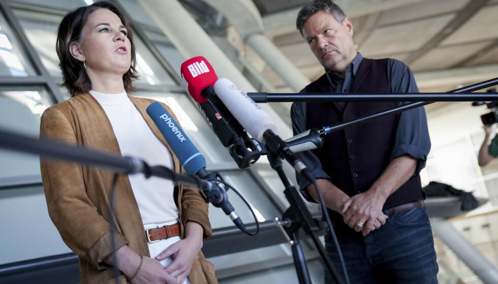 De to partilederne i det tyske miljøpartiet De Grønne, Annalena Baerbock og Robert Habeck, kunngjorde onsdag at de ønsker et samarbeid med SPD og FDP. Foto: Kay Nietfeld / AP / NTB