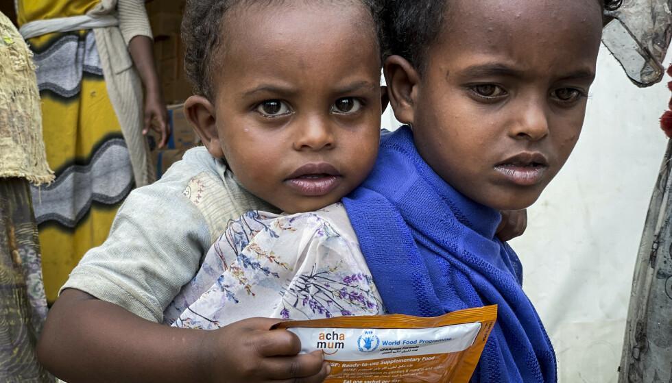 Barn i Tigray-provinsen får mat fra Verdens matvareprogram WFP. FN har anklaget den etiopiske regjeringen for å hindre hjelpearbeidere tilgang. Foto: Claire Nevill / WFP via AP / NTB