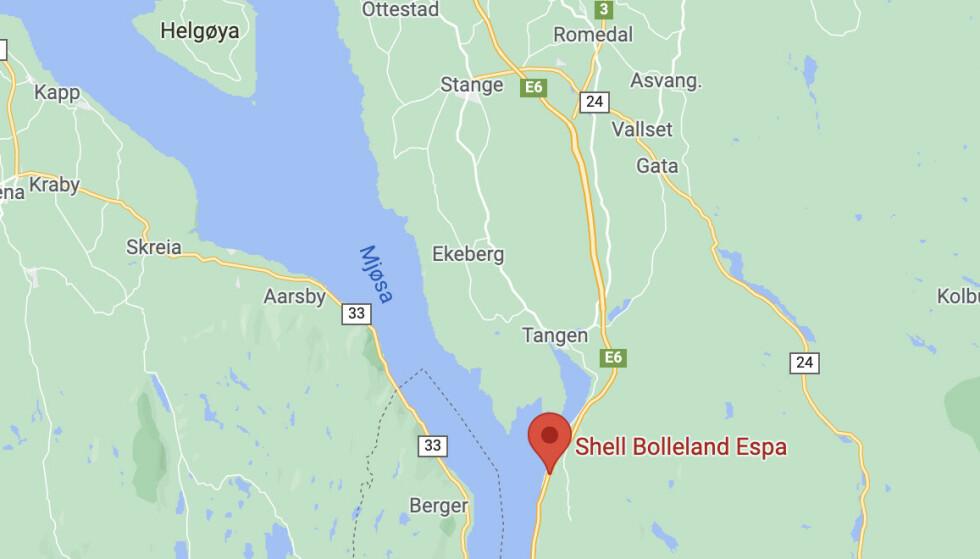 Shell-stasjonen ligger langs E6 i Stange kommune og er best kjent som Bolleland. Her selges det over 1,5 millioner berømte Espa-boller årlig. Skjermdump fra Google Maps