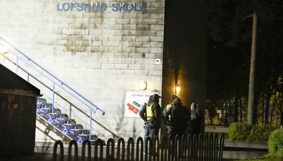 Politiet fikk melding om skytingen utenfor Lofsrud skole på Mortensrud klokken 22.22 torsdag kveld. Foto: Fredrik Hagen / NTB