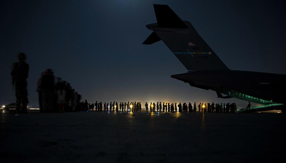 Folk forbereder seg på å gå om bord et amerikansk evakueringsfly i august. Lørdag skal Taliban og USA møtes for samtaler for første gang siden vestlige styrker forlot Afghanistan. Foto: Det amerikanske forsvaret via AP / NTB