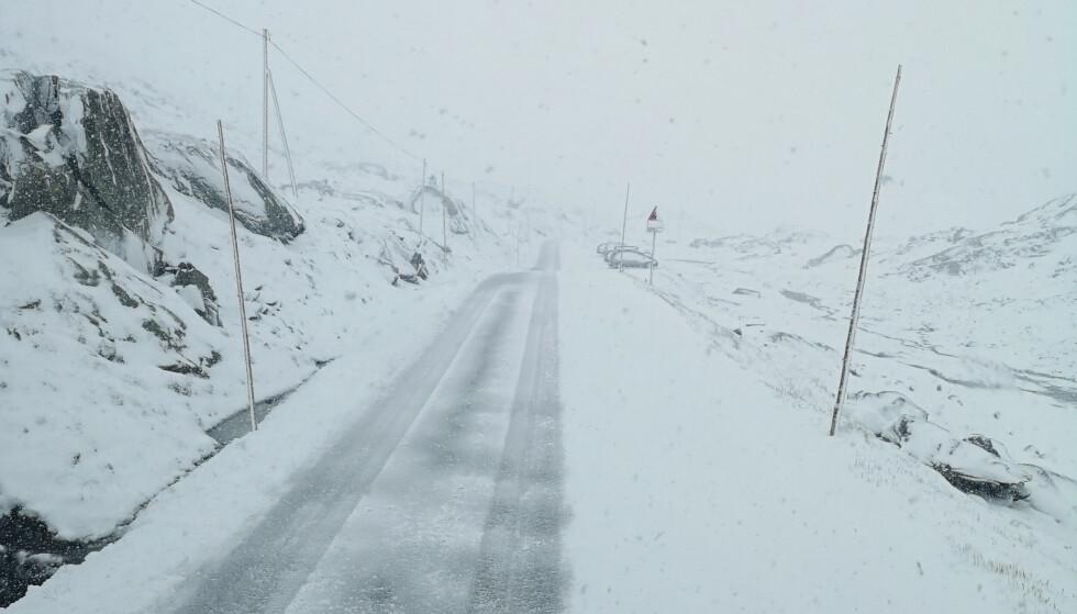 Det er meldt vanskelige kjøreforhold flere steder i helgen og snø på fjellovergangene i Sør-Norge. Arkivfoto: Torstein Nordal / NTB