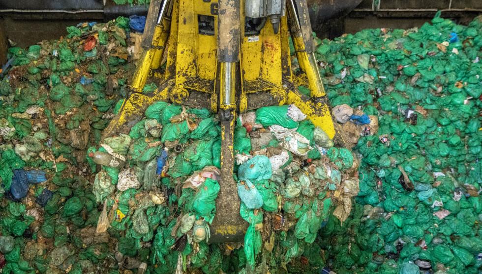 Oslo kommunes biogassanlegg i Nes på Romerike behandler kildesortert matavfall (de grønne plastposene) fra Oslos innbyggere, men nå vurderer kommunen om anlegget skal selges. Foto: Ole Berg-Rusten / NTB
