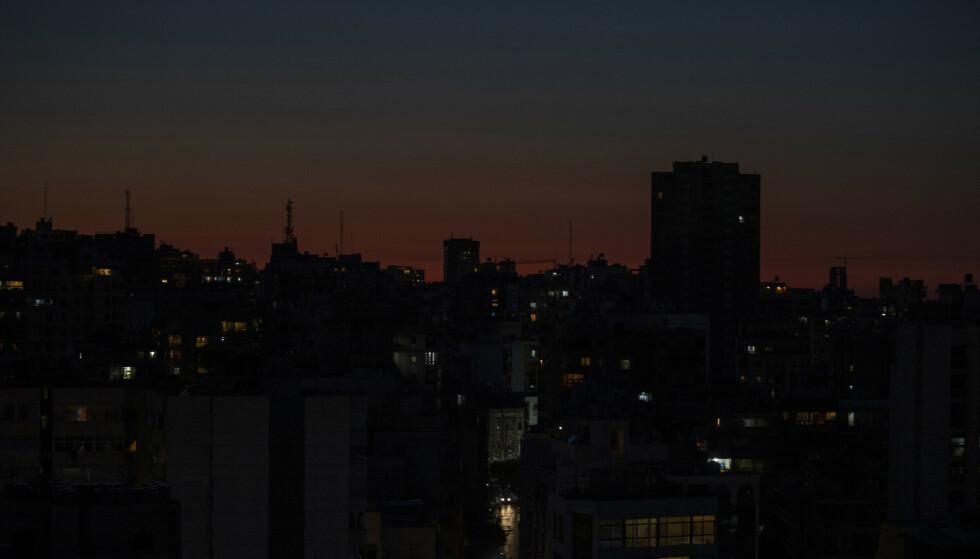 Strømmen er tilbake i Libanon etter over 24 timer uten elektrisitet. Foto: Hassan Ammar/AP/NTB