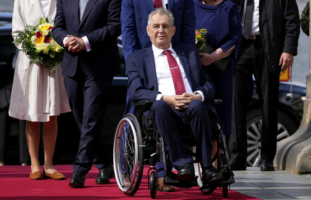 Tsjekkias president Milos Zeman har lenge slitt med dårlig helse. Han har hatt diabetes, og ifølge tsjekkiske medier har han også en leversykdom. Bildet ble tatt i august i år. Foto: Petr David Josek / AP / NTB