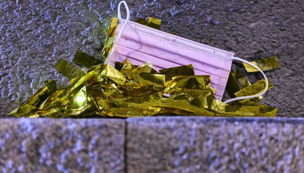 Munnbind sammen med konfettirester i Oslo den helgen som de siste nasjonale koronarestriksjonene ble opphevet. Foto: Naina Helén Jåma / NTB