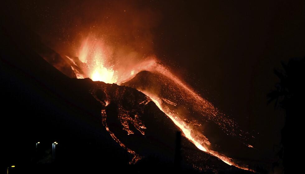 Vulkanen på La Palma spyr ut lava. Lørdag strømmet store deler lava nedover bakkene mot en industrisone. Foto: Daniel Roca / AP / NTB