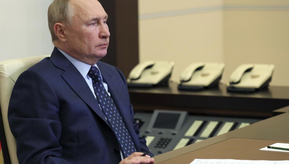 Russlands president Vladimir Putin hoster, men forsikrer at det ikke er alvorlig. Foto: AP / NTB