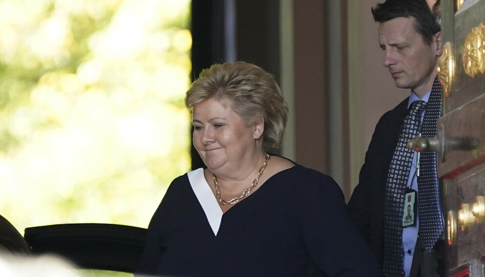 Statsminister Erna Solberg ankommer statsråd på slottet der hun vil levere regjeringens avskjedssøknad. Foto: Torstein Bøe / NTB