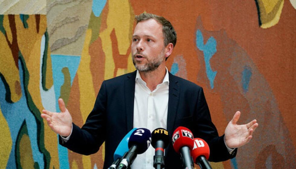 SV-leder Audun Lysbakken kommenterte regjeringsplattformen i vandrehallen i Stortinget onsdag. Foto: Terje Pedersen / NTB.