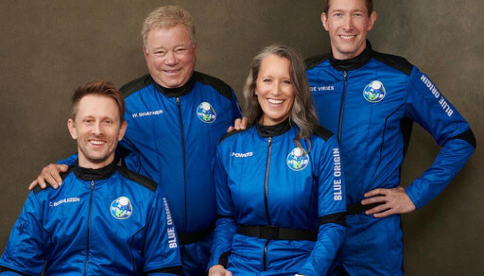 Mannskapet på Blue Origins ferd onsdag, fra venstre: Chris Boshuizen, William Shatner, Audrey Powers og Glen de Vries. De bruker samme romkapsel som Jeff Bezos brukte på sin tur for tre måneder siden. Foto: Blue Origin via AP / NTB.