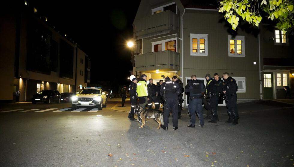 Politiet gjør undersøker i Kongsberg sentrum at fem personer ble drept og to skadd. Forsvaret sto klare til å bistå dersom det ble behov. Foto: Håkon Mosvold Larsen / NTB