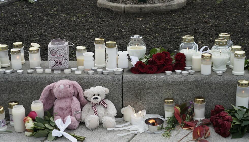 Blomster og lys satt ut i Kongsberg sentrum, etter at en mann drepte fem personer i byen onsdag kveld. Foto: Terje Pedersen / NTB