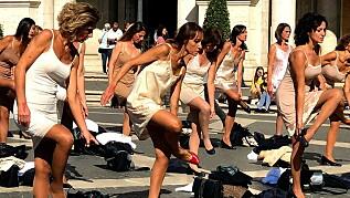 Image: Strippeprotest går verden rundt