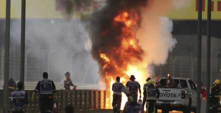Image: Formel 1-løpet i Bahrain stoppet etter eksplosiv krasj