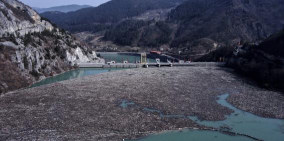 Image: Enorme søppelmengder fyller elv i Bosnia