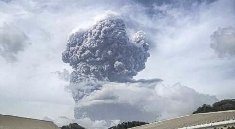 Image: Norsk par på vulkanrammet øy: – Det er grått og aske overalt