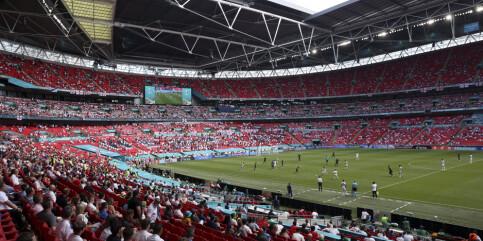 Image: Tilskuer alvorlig skadd etter fall fra tribunen på Wembley