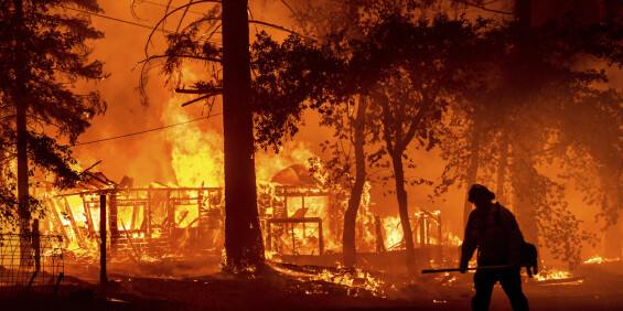 Image: Brannmenn kjemper mot ildvegg som kan skape sitt eget værsystem