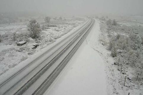 Image: Snø på E6 - ni biler i grøfta