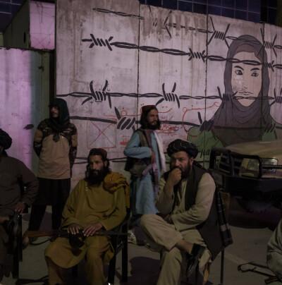 Image: Vitne: Taliban har hengt lik fra kran