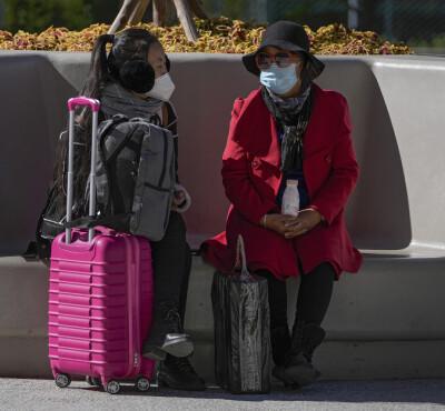 Image: Ektepar sprer smitte: Innstiller flere hundre flyvninger, stenger skoler og starter massetesting
